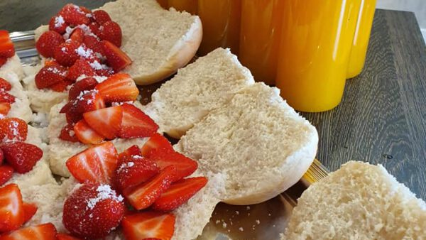 Broodjes aardbei en jus d'orange op alle werken